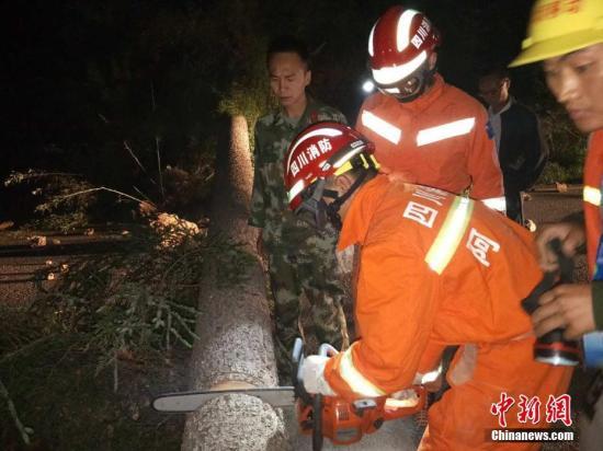 图为阿坝消防官兵赶赴震中,边走边清障边救援。 图片来源:阿坝消防
