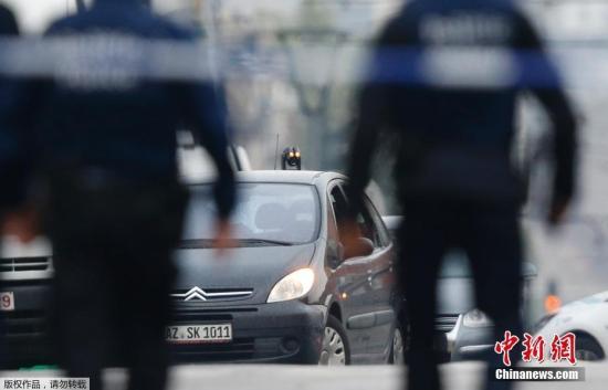目前该男子已经被捕,身份暂未公开,其车辆系在德国注册。警方还在区内启动保安戒备状态,并要求附近一带商户和市民留在室内暂避。
