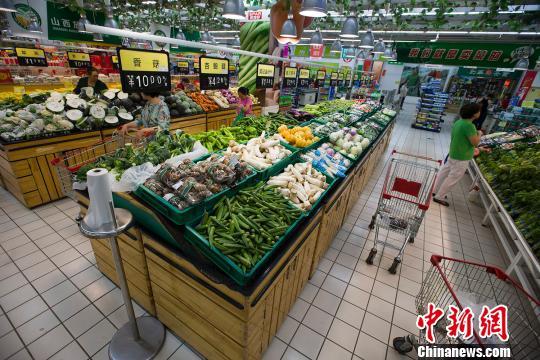 山西太原,民众正在超市选购蔬菜。 张云 摄