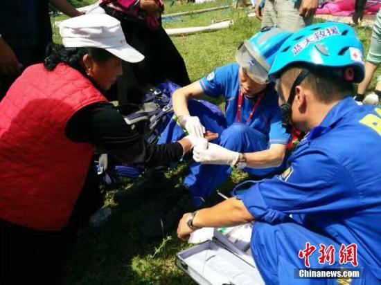在地震災區,甘肅志願者為受傷民眾處理傷口。 鐘欣 攝