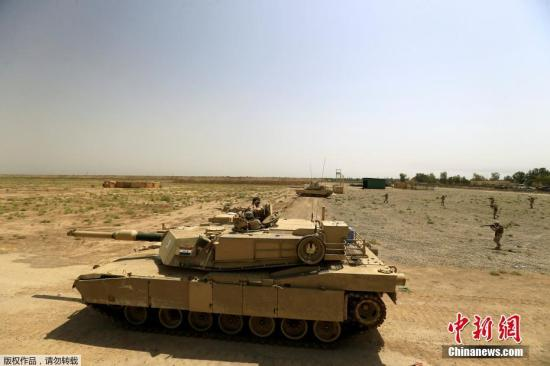当地时间8月9日,伊拉克第53旅在巴格达北部的军事基地进行了训练,现场炮火冲天。