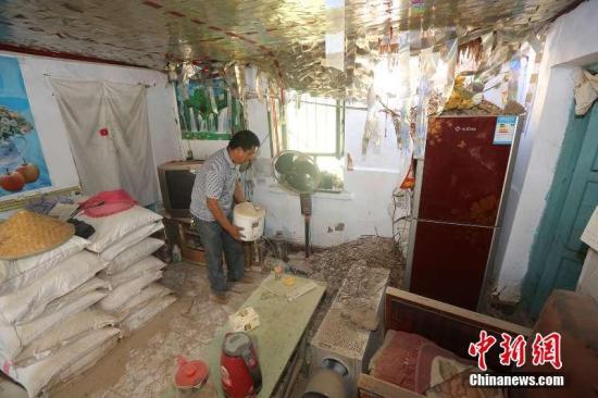 新疆兵团第五师八十三团受灾民众抗灾自救。沈志君 摄