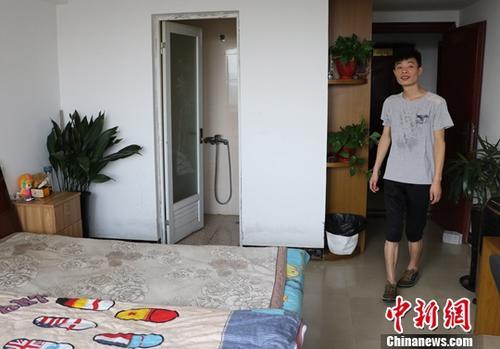 8月9日,台州玉环一名小伙展示自己通过当地租房平台找到的房子。近年来,浙江台州将旅店业管理模式引入租房管理中,通过将租房集中管理、设置建筑和消防安全标准、完善租客登记制度等强化对出租房屋和流动人口的管理。<a target=&#039;_blank&#039; href=&#039;http://www.chinanews.com/&#039;>中新社</a>记者 王刚 摄