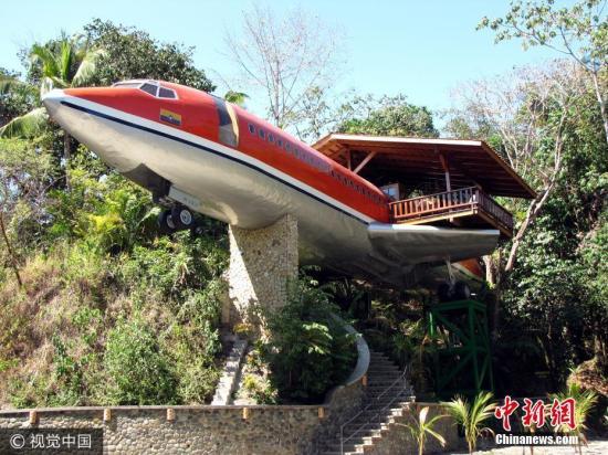 当地时间2018-12-11,哥斯达黎加安东尼奥,哥斯达黎加的一家酒店集团将一架1965年的波音727机架改装成两间卧室的酒店套房。这架727机身设施完善,飞机被架设在的丛林树冠,从里面向外看是整个丛林的美景,会让你感觉像是在飞行的感觉。这架经典的飞机曾属于南非航空(South Africa Air)和阿维卡航空(Avianca Airlines)穿梭在天际之间,而现在它坐落于在马努埃尔・安东尼奥国家公园(Manuel Antonio National Park)的边缘,坐落在一个50英尺高的基座上,从那里你可以欣赏到美丽的海洋和丛林。图片来源:视觉中国