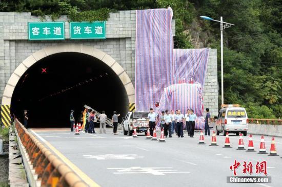 8月10日晚23时许,一辆牌号为豫C88858号的客车自成都驶往洛阳,途经京昆高速公路安康段秦岭一号隧道南口,撞向隧道口发生交通事故。目前已造成36人死亡13人受伤,伤者已送往当地医院救治,事故调查工作正在进行中。张远 摄