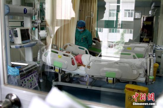 资料图:正在接受救治的交通事故伤者。 中新社记者 田进 摄