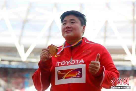 资料图:当地时间8月10日,巩立姣在颁奖仪式上。2017年伦敦田径世锦赛女子铅球决赛,中国选手巩立姣以19米94夺冠,为中国田径队夺得本届世锦赛的第一枚金牌,这也是巩立姣首夺国际大赛的金牌。<a target='_blank' href='http://www.chinanews.com/'>中新社</a>记者 韩海丹 摄