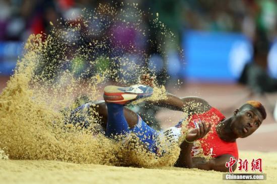 当地时间8月10日,古巴选手在比赛中。当日,在伦敦举行的2017年国际田联世界田径锦标赛举行男子三级跳远决赛。中新社记者 韩海丹 摄