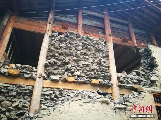8月11日,中新社记者进入九寨沟县最偏僻的大录乡,其中一个村寨(亚龙德瓦)10多户家庭受灾较严重。这里距离县城约130公里,海拔约3000米。 中新社记者 陈文 摄