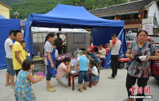 探访九寨沟地震安置点:灾难中,村民依然热情好客
