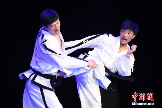 8月10日晚,山西省太原市,朝鲜国家跆拳道示范团成员上演套路、击破、护身术等表演,赢得观众阵阵喝彩。朝鲜国家跆拳道示范团是由朝鲜在国际赛事上取得套路及对抗冠军的、具有实战与表演兼备的年轻选手组成,是世界顶级跆拳道表演团,曾巡演美国、英国、加拿大、韩国等众多国家。/p中新社记者 韦亮 摄