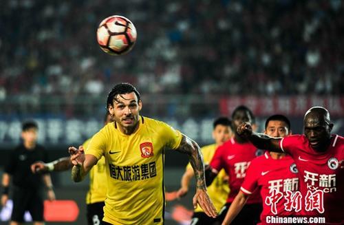 8月10日晚,辽宁沈阳,球员在比赛中。当日,在2017年中国足球超级联赛第21轮比赛中,辽宁沈阳开新队(红)主场以0比3不敌广州恒大淘宝队。中新社记者 于海洋 摄