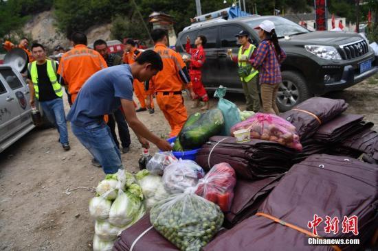 8月12日,在九寨沟地震灾区受损较为严重的上四寨,受灾民众被集中安置,开始了临时安置点的生活。当天,为了保证正常生活,新鲜蔬菜从外界不断运入该地。 <a target='_blank' href='http://www.chinanews.com/'>中新社</a>记者 张浪 摄
