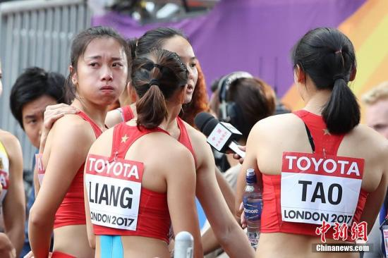 中国女队还2017年国际田联世界田径锦标赛女子4x100米接力预赛中,中国队出现交棒失误,第二棒韦永丽和第三棒葛曼棋未能成功交接,遗憾无缘决赛。 <a target='_blank' href='http://www.chinanews.com/'>中新社</a>记者 韩海丹 摄