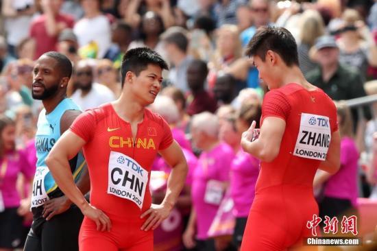 8月12日,苏炳添与张培萌赛后交流。中新社记者 韩海丹 摄