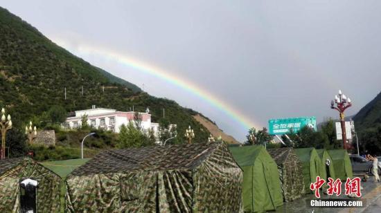 资料图:四川九寨沟震区在一场雨后,出现了美丽的双彩虹。 四川消防 供图