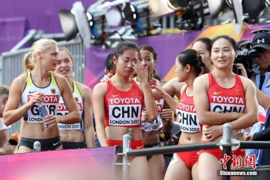 8月12日,葛曼棋赛后落泪。当日,在伦敦举行的2017年国际田联世界田径锦标赛女子4x100米接力预赛中,中国队出现交棒失误,第二棒韦永丽和第三棒葛曼棋未能成功交接,遗憾无缘决赛。 中新社记者 韩海丹 摄