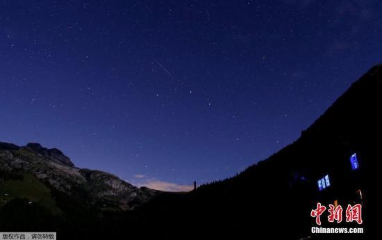 当地时间2017年8月13日,瑞士Le Sepey,英仙座流星雨划过星空。