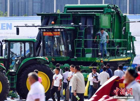8月13日,2017新疆农业机械博览会在位于乌鲁木齐市红光山的新疆国际会展中心开幕。据介绍,本届农业机械博览会共吸引300余家中外农业机械生产厂商,携最新农机产品前来参展。参展机械涉及种植、畜牧水产、特色林果、农副产品加工机械4大类、5000多个品种,展品达到万余台(套)。 中新社记者 刘新 摄