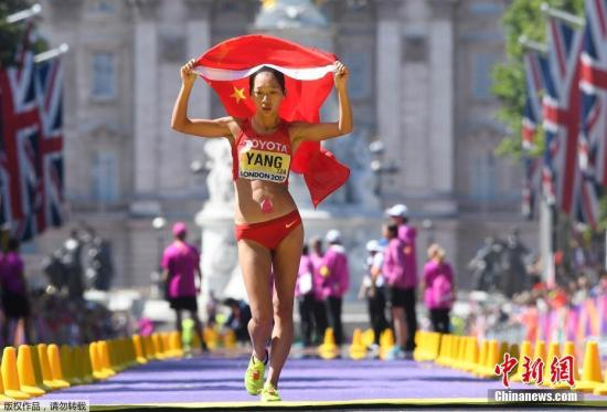比赛在当地时间清晨开始,鸣枪起跑后,尹航一直与汉里奎斯处于领先集团,杨树青与巴西选手达-罗萨和美国选手伯内特处于第二集团。比赛进行到20公里处时,尹航和汉里奎斯两人领先第二集团的优势已超过了5分钟。图为中国选手杨树青最后冲刺。