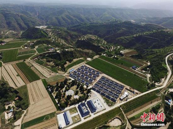 在黄土高原上新建的庆城县农村新貌。 杨艳敏 摄