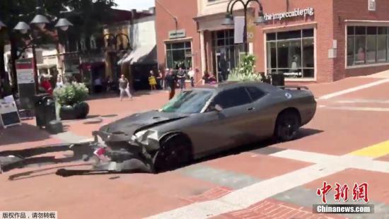 当天下午2时许,一辆灰色轿车突然冲进反对集会者的游行队伍。夏洛茨维尔市官方推特称,已有1人死亡、19人受伤。此后,又有一架直升机在该市坠毁。美联社引用弗吉尼亚州警方说法称,直升机驾驶员与一名乘客死亡,此二人与当天的集会有关。