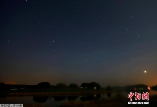 资料图:当地时间2017年8月13日,白俄罗斯Prilepy,英仙座流星雨划过星空。据悉8月12日入夜至13日凌晨可以观测到英仙座流星雨。英仙座流星雨与象限仪座流星雨、双子座流星雨并称为北半球三大流星雨。其中英仙座流星雨以速度快,亮度高、火流星多而闻名。英仙座流星雨已被观测了近2000年,每年的夏天都几乎会有它的观测记录,在7月20日至8月20日前后出现。