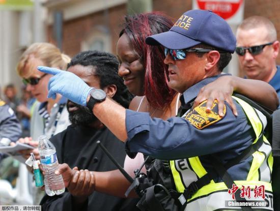 夏洛茨维尔市警察局长艾尔?托马斯说,一名32岁的女性在汽车撞人事件中死亡,肇事男司机已被逮捕,警方将其视为凶杀案调查对象。另有35人在与集会相关的对峙中受伤。