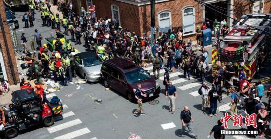 """当地时间2017年8月12日,美国弗吉尼亚州夏洛茨维尔市""""另类右翼""""集会引发暴力冲突。 图片来源:视觉中国"""