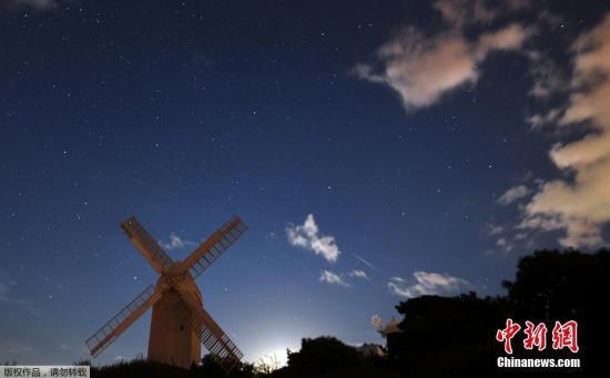当地时间2017年8月12日,英国南部Brighton,英仙座流星雨划过星空。