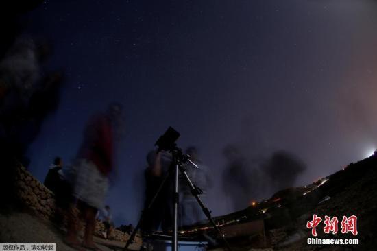 当地时间2017年8月12日,马耳他拉巴特,英仙座流星雨划过星空。