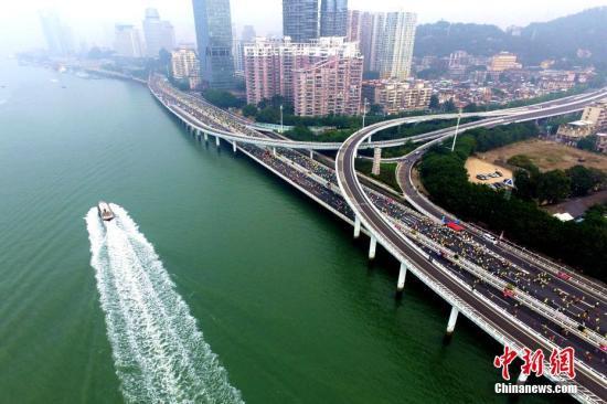 依海而建的环岛路成为厦门国际马拉松赛的最美赛道。王东明 摄