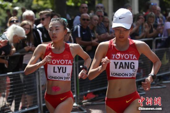 8月13日,吕秀芝与杨家玉(右)在比赛中。当日,在伦敦举行的2017年国际田联世界田径锦标赛女子20公里竞走比赛中,中国选手杨家玉以1小时26分18秒的个人最好成绩获得冠军。王娜以1小时29分26秒获得第八名,吕秀芝犯规被罚下。 中新社记者 韩海丹 摄