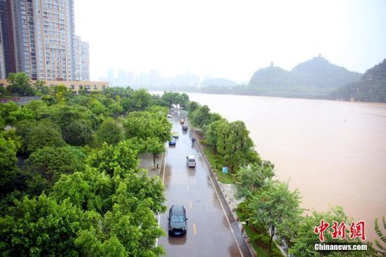 柳江柳州市区段沿岸亲水平台被洪水淹没。朱柳融 摄