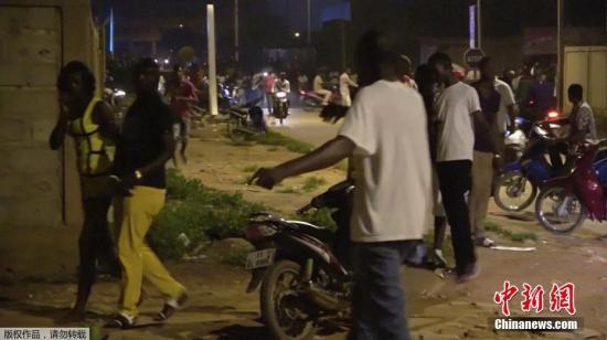 当地时间2017年8月13日,布基纳法索首都瓦加杜古,有枪手袭击了布基纳法索首都瓦加杜古的一家土耳其餐厅,导致多人被射杀,其中包括外国人。据悉枪手还与当地军方发生枪战。法新社援引餐厅一名服务员的话称,事发地点在市中心的阿齐兹伊斯坦布尔餐厅。这家土耳其餐厅位于一幢两层建筑的一层。据一名匿名军官透露,当时多名嫌犯在一层和二层均挟持有人质。当地媒体报道称,布基纳法索的通讯部长雷米已证实,在首都瓦加杜古的事发餐厅内,有至少17人死亡,8人受伤。图为餐厅中的顾客逃离现场。