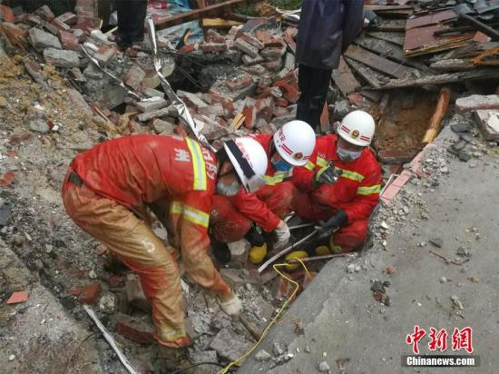 8月14日凌晨,因受持续强降雨影响,广西融安县板榄镇马步村六洞屯发生山体滑坡,造成3人失踪。 李瑞华 摄