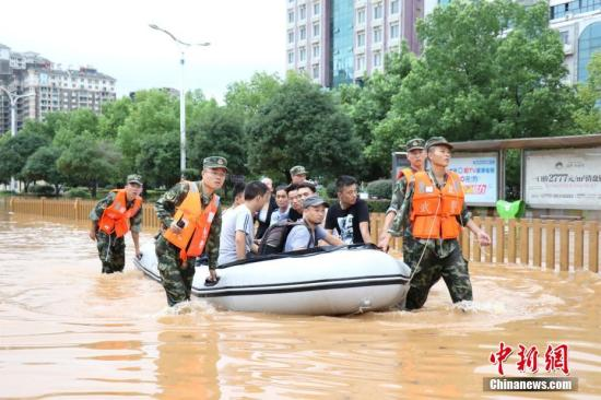 连日来,湖北咸宁地区普降大到暴雨,导致城区咸宁大道、银泉大道、玉泉街、书台街等多条城市主干道严重积水,最高积水深度达1.5米。 何彦卿 摄
