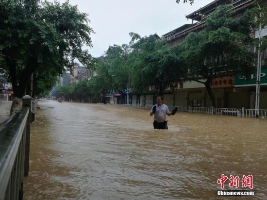 8月14日,受流域内持续强降雨影响,广西柳州市融水苗族自治县融江河水暴涨,县城老城区被淹,居民只得乘船出行。蒙鸣明 摄