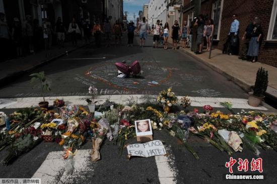 资料图:美国民众悼念弗吉尼亚种族主义冲突事件遇难者。
