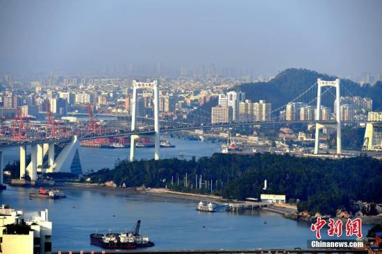 厦门著名的跨海大桥�D�D海沧大桥,是厦门岛内岛外联合发展的重要见证。王东明 摄