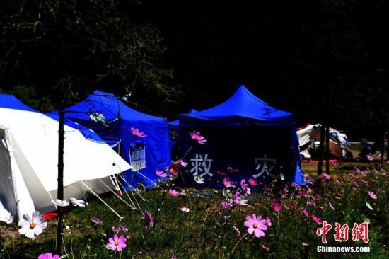 8月13日,记者走进九寨沟景区荷叶寨村民集中安置点,记者看到受灾民众已经住进临时安置的帐篷内,生活逐渐恢复正常。 安源 摄