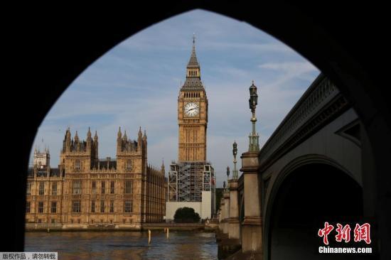 """英国伦敦将对著名地标性建筑""""大本钟""""进行维修,整个工程将耗资约2900万英镑。在此期间,""""大本钟""""将不会有报时钟声。"""