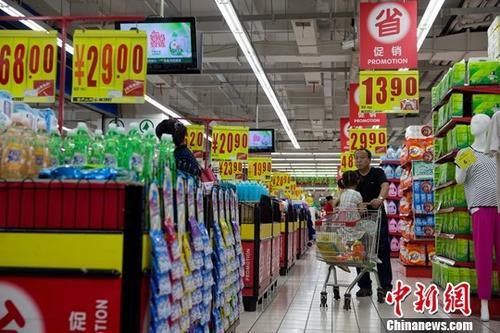 资料图:民众正在购买生活用品。<a target='_blank' href='http://www.chinanews.com/'>中新社</a>记者 张云 摄