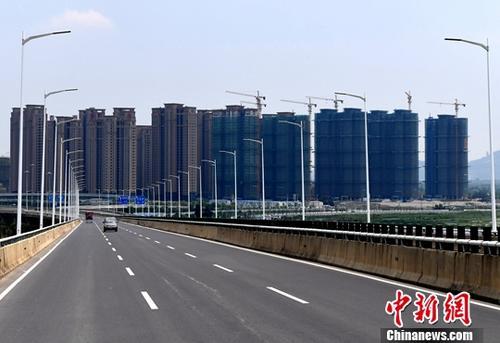 8月14日,中国国家统计局当日发布的数据显示,1-7月份,中国商品房销售面积86351万平方米,同比增长14.0%,增速比1-6月份回落2.1个百分点。商品房销售额68461亿元,增长18.9%,增速回落2.6个百分点。图为8月10日,福州一处成片开发建设中的房地产楼盘。<a target='_blank' href='http://www.chinanews.com/'>中新社</a>记者 张斌 摄