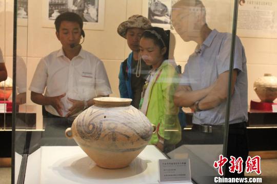 资料图:马家窑彩陶精品在嘉峪关长城博物馆展出,吸引许多市民、游客前来观赏。 徐雪 摄