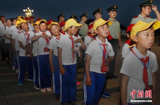 8月15日,武警交通部队组织西藏阿里孔繁森、云南鲁甸李家山两所小学27名师生,到北京天安门广场观看升国旗仪式。据悉该部自2016年来,为贫困地区捐资助学投资千余万元,并在西藏、云南各投资兴建一所小学。 中新社记者 宋吉河 摄