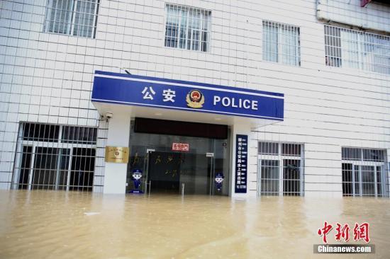 8月15日,因上游持续强降雨,柳江河广西柳州市区河段洪水暴涨。 图/朱柳融 文/蒙鸣明