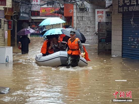 受新一轮连续强降雨影响,8月15日2时10分,漓江桂林水文站出现147.51米洪峰水位,超警戒水位1.51米,为今年最大洪水。此次洪涝灾害导致桂林市七星区福隆园村近1万人被困。武警桂林市支队出动近百名官兵携橡皮艇和竹筏,分三路撤离被围困民众,并给滞留民众送去饮用水和干粮。赵灿 摄