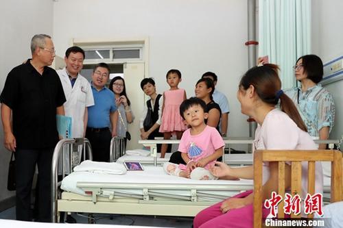 资料图:被救治的先心病患儿。中新社记者 张宇 摄