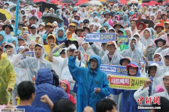 资料图:2017年8月15日,在韩国首尔,韩国民众参加和平游行示威。数千名韩国民众15日在首都首尔参加大规模反对萨德、反对韩美军演的和平游行示威活动。